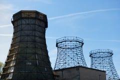 三个老木和钢冷却塔 库存照片