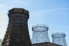 三个老木和钢冷却塔 图库摄影