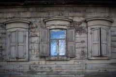 三个老木窗口 开窗口在农村房子里 免版税图库摄影