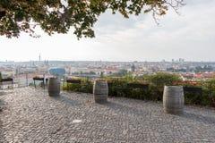 三个老葡萄酒桶在布拉格,捷克 库存照片