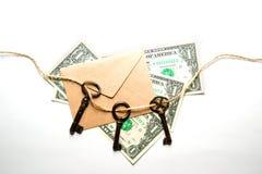 三个老钥匙、钞票和信封在白色背景 免版税库存图片
