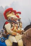 三个胸甲骑兵 他们头戴红色全身羽毛装饰的金黄盔甲 免版税图库摄影