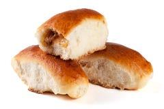 三个自创饼用在白色背景隔绝的圆白菜 免版税库存照片