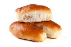 三个自创饼用在白色背景隔绝的圆白菜 免版税库存图片