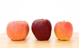 三个苹果,三类型。 库存图片