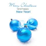 三个蓝色圣诞节球,在白色背景 免版税库存照片