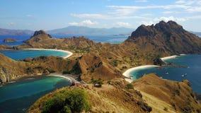 三个蓝色海滩鸟瞰图由美丽的小山分离了 免版税库存图片