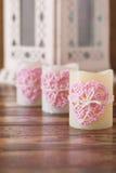 三个蜡烛的手工制造钩针编织桃红色心脏圣徒华伦泰的 免版税库存图片