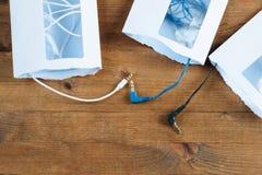 三个被打开的信封和缆绳微型插座 库存照片