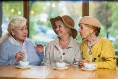 三个资深夫人在桌上 库存照片