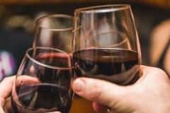 三个酒杯接触 免版税库存图片