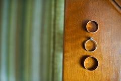 三个金婚圆环特写镜头照片在木surfa的 库存照片