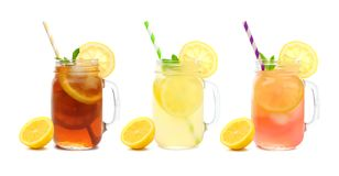 三个金属螺盖玻璃瓶夏天冰了茶、柠檬水和桃红色在白色隔绝的柠檬水饮料 图库摄影