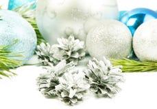 三个银色锥体withfir树枝,美丽的银色球分类 免版税图库摄影