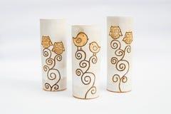三个陶瓷粗陶器花瓶有白色背景 库存照片
