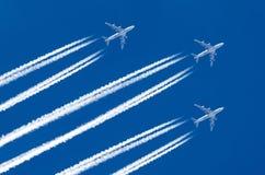 三个飞机大四个引擎航空机场转换轨迹覆盖 免版税库存照片