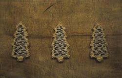 三个鲜美树型曲奇饼夺取了说谎在木dic 免版税图库摄影