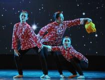 三个年轻人已婚妇女伙计舞蹈 免版税库存图片