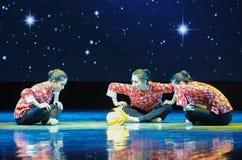 三个年轻人已婚妇女伙计舞蹈 免版税图库摄影