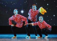 三个年轻人已婚妇女伙计舞蹈 图库摄影