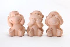 三个猴子玩偶关闭他们的嘴眼睛耳朵 免版税库存图片