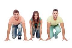 三个年轻朋友为种族的开始做准备 免版税库存图片
