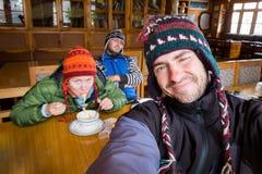 三个滑稽的吃面条的游人尼泊尔宾馆餐厅 免版税库存照片