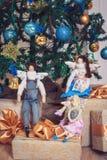 三个滑稽的tilda天使坐新年礼物 图库摄影