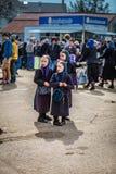 三个年轻门诺派中的严紧派的女孩 免版税库存照片