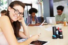 三买卖人开创造性的会议在办公室 库存照片