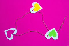 三五颜六色的心脏连接了在三角的五颜六色的螺纹 库存照片