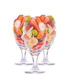 三五颜六色,在一块大玻璃的健康水果沙拉 库存照片