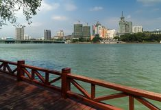三亚河的堤防在海南岛上的三亚市 库存照片