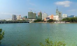 三亚河的堤防在海南岛上的三亚市 库存图片