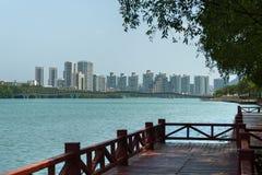 三亚河的堤防在海南岛上的三亚市 免版税库存图片