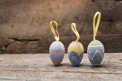 三件古色古香的复活节装饰品连续 库存照片