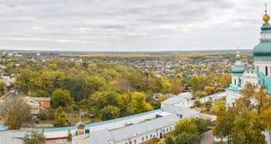 三位一体和圣伊莱贾修道院和安东尼洞, Chernigiv乌克兰欧洲 有chirch、河和双桅船的美好的秋天全景 免版税图库摄影