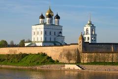 三位一体大教堂和普斯克夫克里姆林宫的墙壁日落的 图库摄影