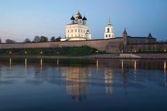 三位一体大教堂和普斯克夫克里姆林宫看法在微明下 普斯克夫俄国 免版税图库摄影