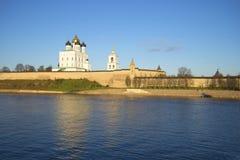 三位一体大教堂和普斯克夫克里姆林宫10月晚上的墙壁 免版税库存照片