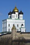 三位一体大教堂和Dovmontova塔 克里姆林宫普斯克夫 免版税库存图片