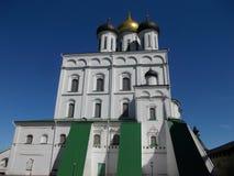 三位一体大教堂在普斯克夫克里姆林宫在中午在6月 免版税库存照片