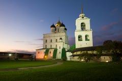 三位一体大教堂在普斯克夫克里姆林宫在10月微明下 普斯克夫俄国 库存照片