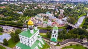 三位一体大教堂的鸟瞰图,普斯克夫克里姆林宫 免版税图库摄影