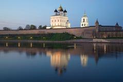 三位一体大教堂看法在普斯克夫克里姆林宫在5月微明下 普斯克夫 免版税库存图片