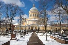 三位一体大教堂看法从Nikolsky公墓晴朗的4月天 Aleksandro-Nevskaya拉夫拉,圣彼德堡 俄国 库存照片