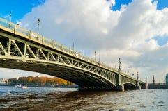 三位一体桥梁-横跨内娃的开启桥在圣彼得堡,俄罗斯 库存图片
