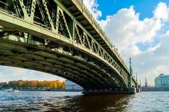 三位一体桥梁-横跨内娃的开启桥在圣彼德堡,俄罗斯,特写镜头视图 库存图片