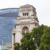 10三位一体正方形大厦  在背景scyscraper 20 Fenchurch,伦敦,英国 免版税库存照片
