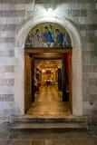 三位一体的教会的门和内部在老 免版税库存图片